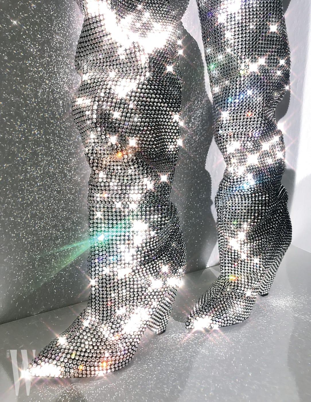 크리스털 장식으로 뒤덮인 눈부신 부츠는 생로랑 제품. 1천3백10만5천원.