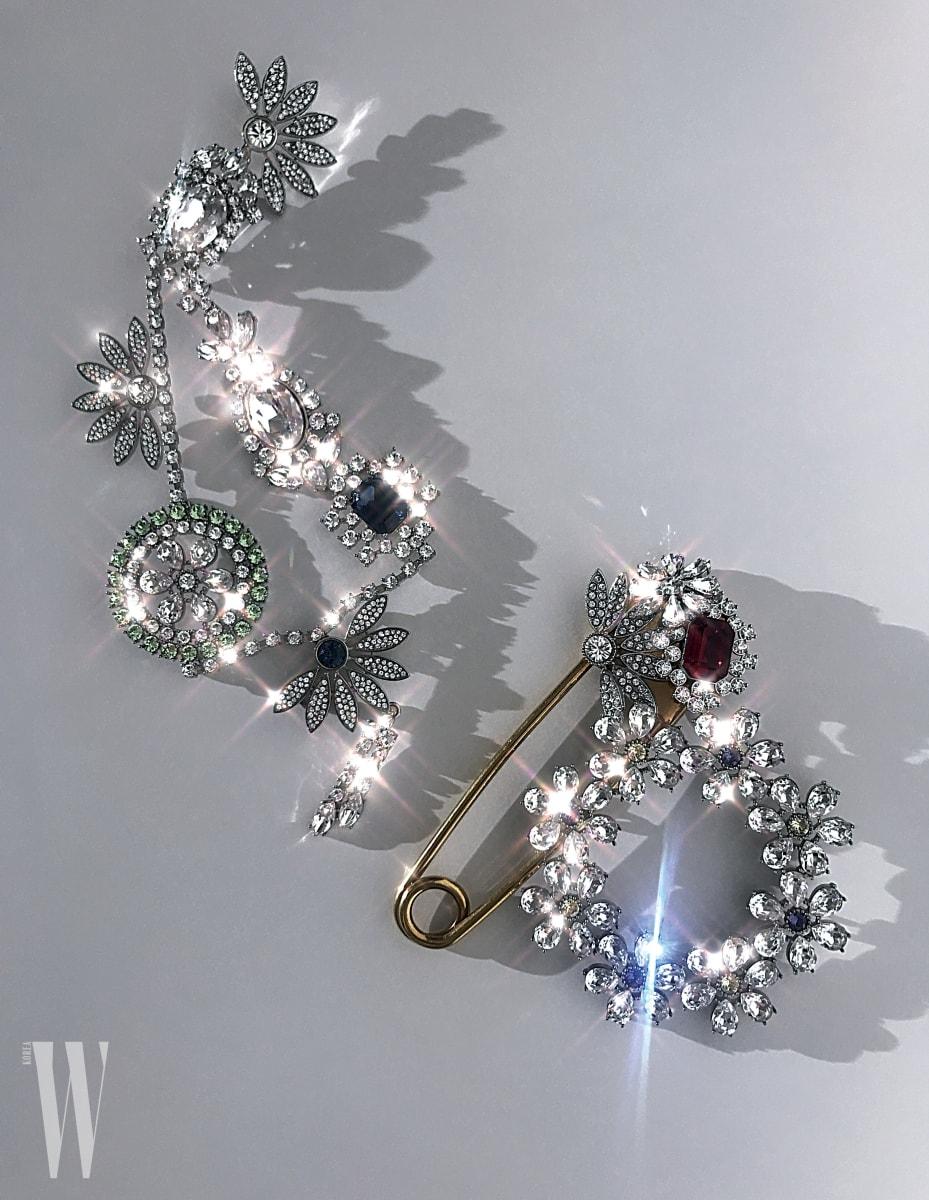 왼쪽부터 | 샹들리에가 연상되는 주얼 장식 브로치는 1백20만원대, 빨간 주얼 장식 오버사이즈 핀은 53만원, 동그란 꽃 모양 브로치는 가격 미정. 모두 버버리 제품.