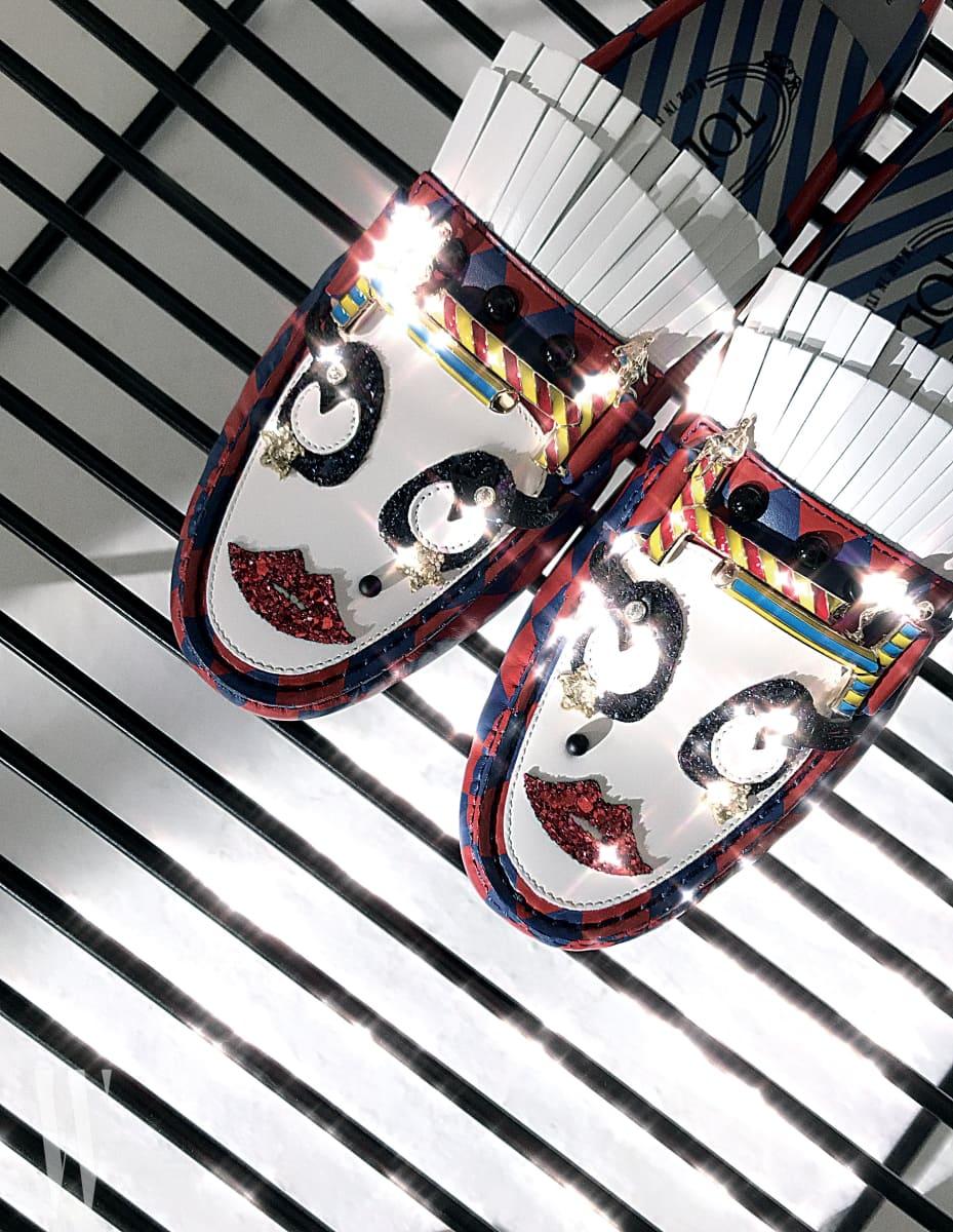피에로 얼굴이 연상되는 위트 있는 서커스 모티프 드라이빙 슈즈는 토즈 제품. 1백40만원대.
