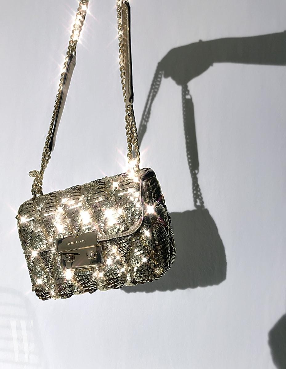 화려한 시퀸 장식으로 뒤덮인 금빛 핸드백은 마이클 마이클 코어스 제품. 60만원대.
