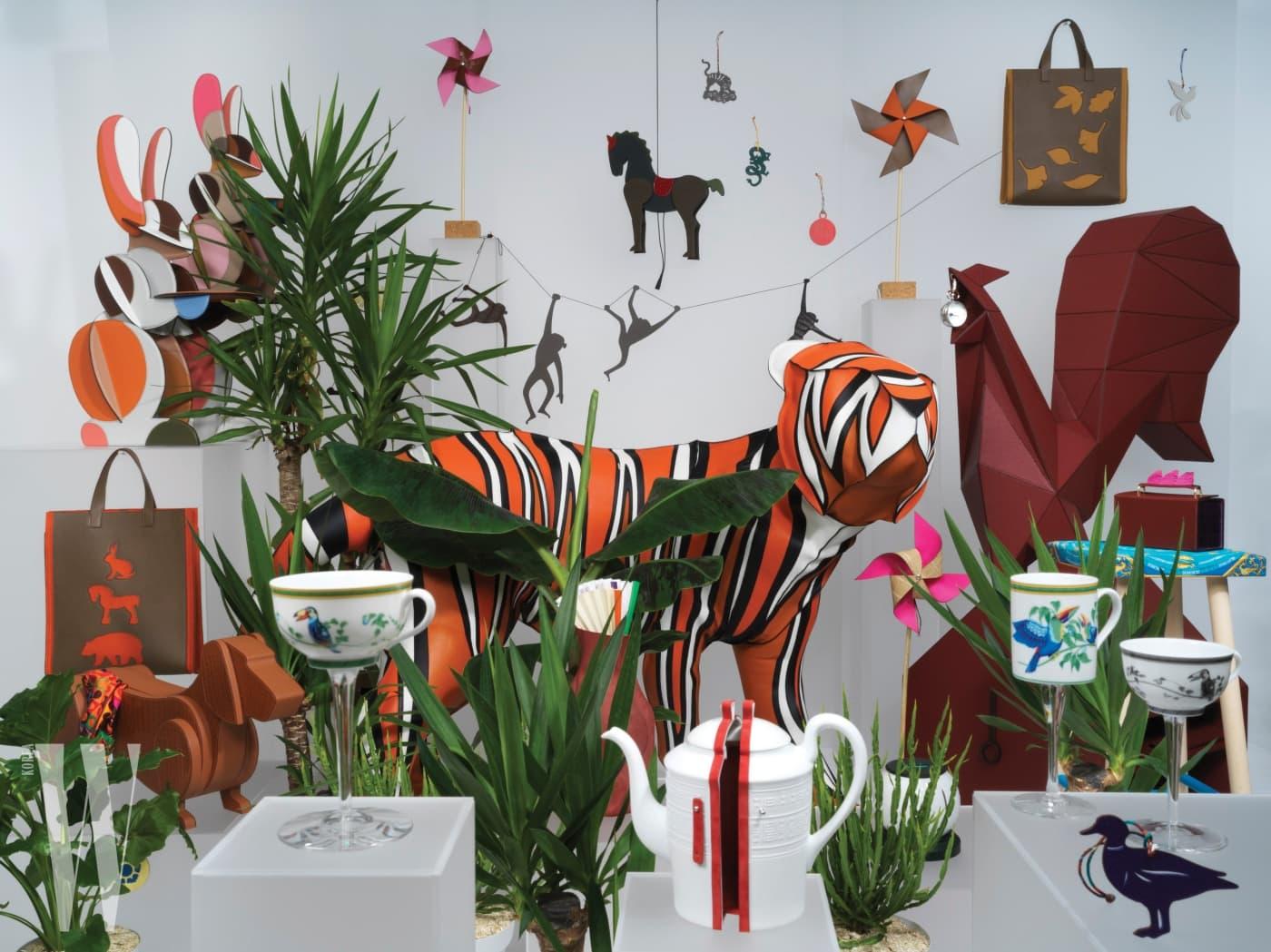 정연두 작가가 촬영한 쁘띠 아쉬 한국 전시 이미지. 총 5점의 시리즈로 구성되어 풀숲이 무성한 가운데 동물의 이미지들을 위트 있게 표현했다.
