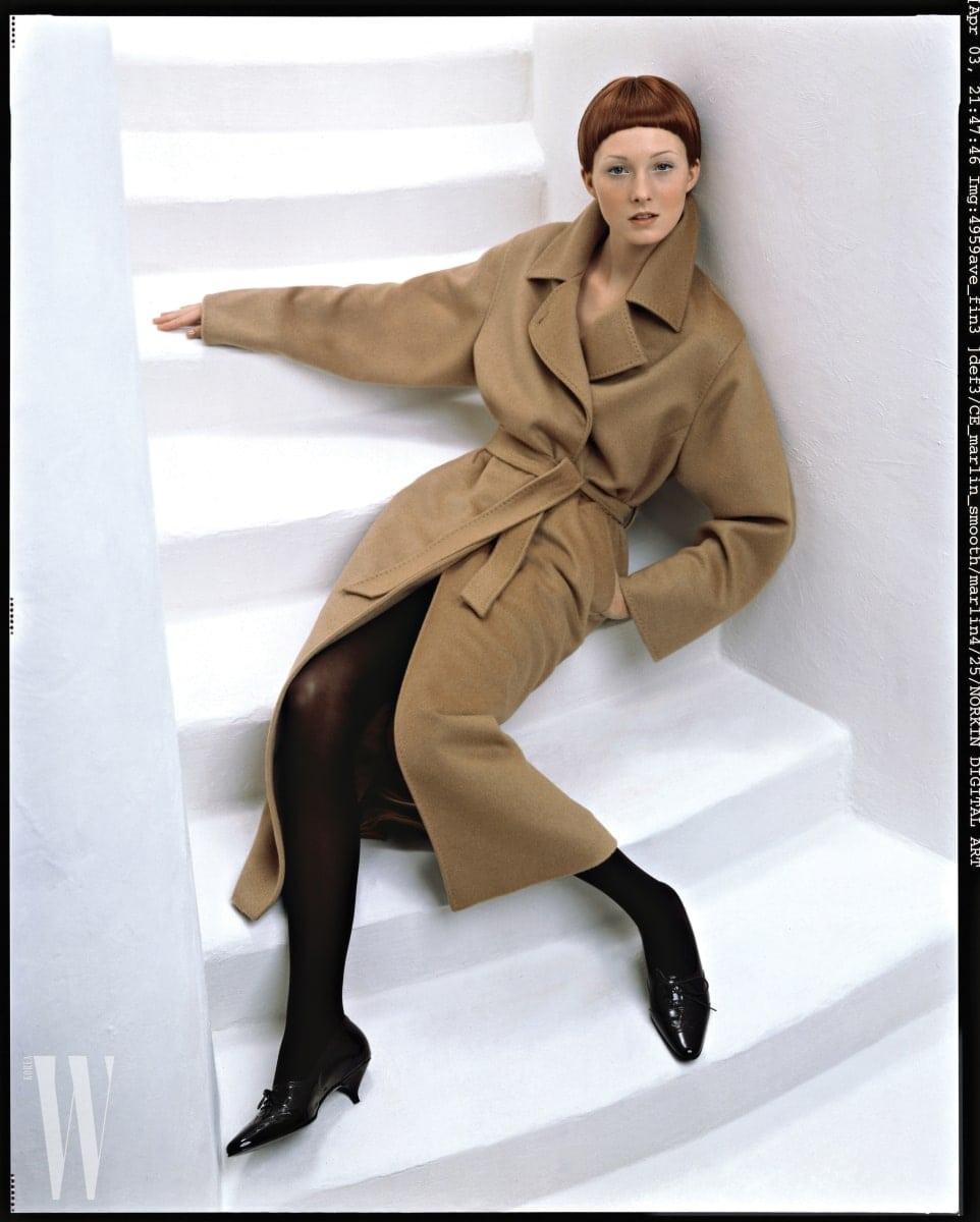 리처드 애버던이 포착한 1998 F/W 컬렉션의 막스마라 코트를 입은 모델 매기 라이저.