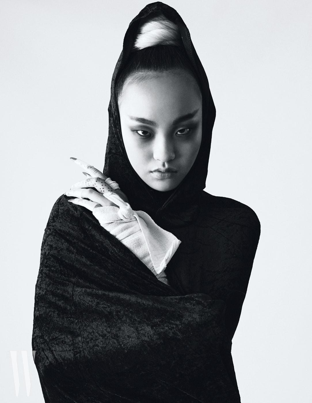 모델 김별이 입은 벨벳 케이프는 Zara 제품.