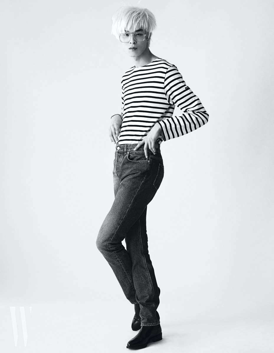 모델 박경진이 입은 줄무늬 티셔츠는 Saint James, 데님 팬츠는 Givenchy, 검정 첼시 부츠는 Saint Laurent 제품.