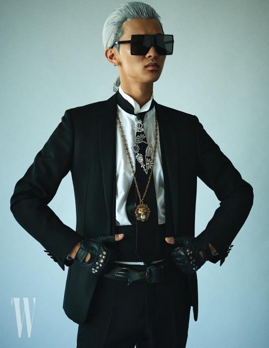 모델 전준영이 입은 화이트 셔츠와 슈트, 팬츠와 커머밴드는 모두 Dior Homme, 사각 선글라스와 넥타이에 장식한 왕관 브로치는 Saint Laurent, 큼직한 크리스털 장식 브로치는 Burberry, 진주 장식 사자 목걸이는 Gucci, 벨트는 Levi's 제품. 스터드 장식 핑거리스 장갑은 에디터 소장품.