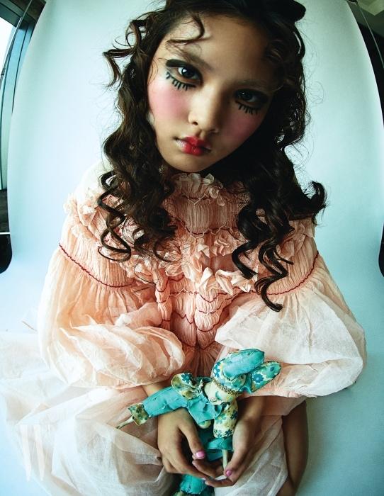 모델 엘리스가 입은 주름 장식 핑크 드레스는 Molly Goddard 제품.