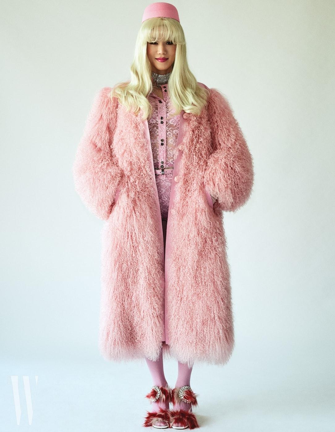퍼포머 랑리가 입은 핑크색 퍼 코트, 안에 입은 레이스 보디슈트와 벨트는 Nina Ricci, 크리스털 초커는 Miu Miu, 퍼 장식 샌들은 Prada 제품. 핑크색 모자는 에디터 소장품.