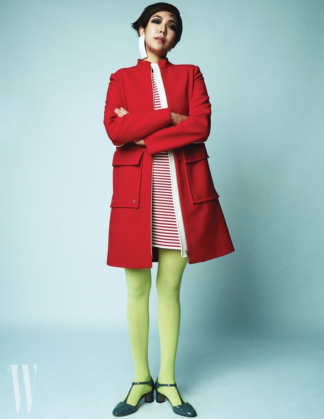 스튜디오 콘크리트 대표 차혜영이 입은 빨강 재킷은 Tara Jamon, 안에 입은 줄무늬 미니 드레스는 Sonia Rykiel, 페이턴트 소재의 회색 스트랩 슈즈는 Repetto, 사각 귀고리는 Balenciaga 제품.