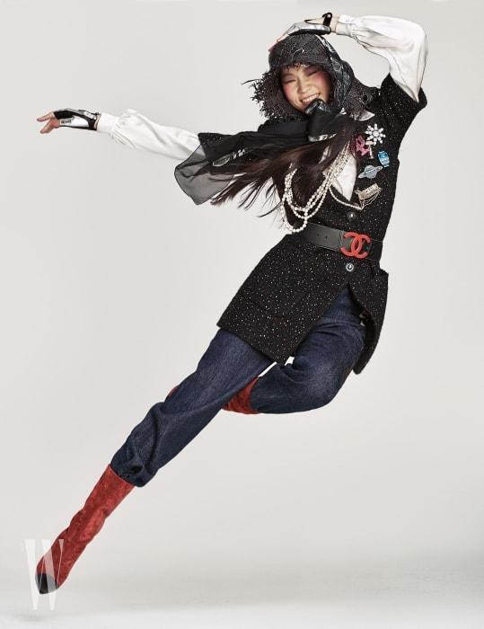 울 트위드 소재의 재킷과 안에 입은 새틴 소재 블라우스, 빨간색 로고 벨트, 데님 팬츠, 페이턴트 램스킨 소재의 핑거리스 글러브, 재킷에 달린 다양한 형태의 브로치, 머리에 두른 실크 스카프, 스웨이드 소재의 빨강 부츠는 모두 샤넬 제품. 검은색 라피아 모자는 에디터 소장품.