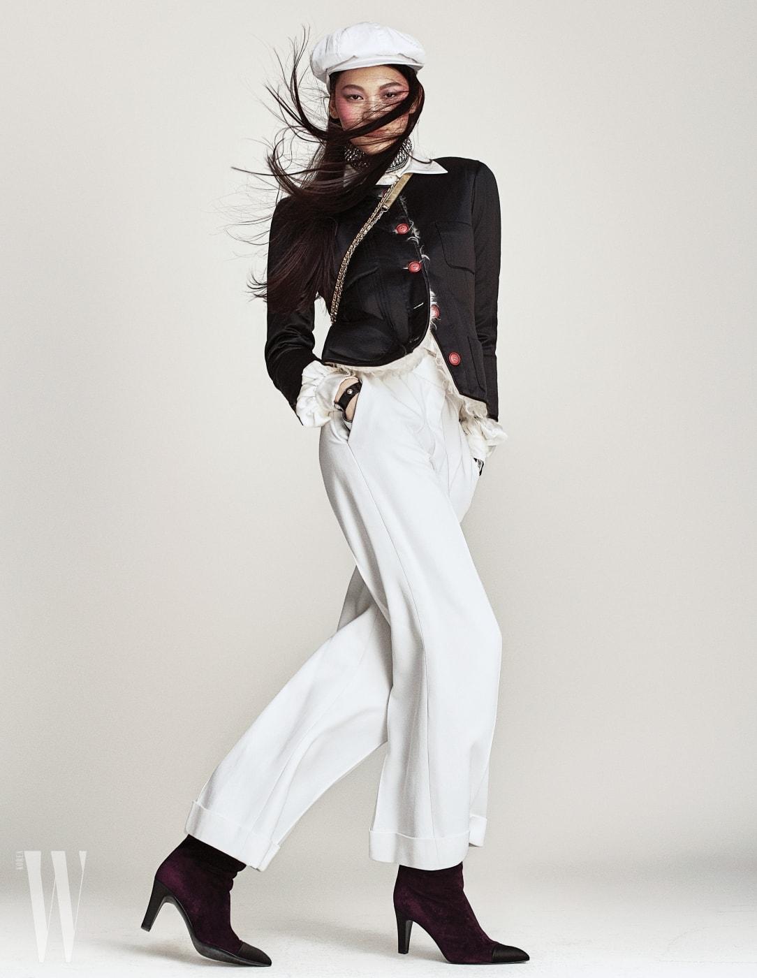 새틴 소재의 누빔 재킷, 밑단이 접힌 하얀색 팬츠, 골드 체인 백, 보라색 스웨이드 소재 부츠는 모두 샤넬 제품. 하얀색 모자는 에디터 소장품.
