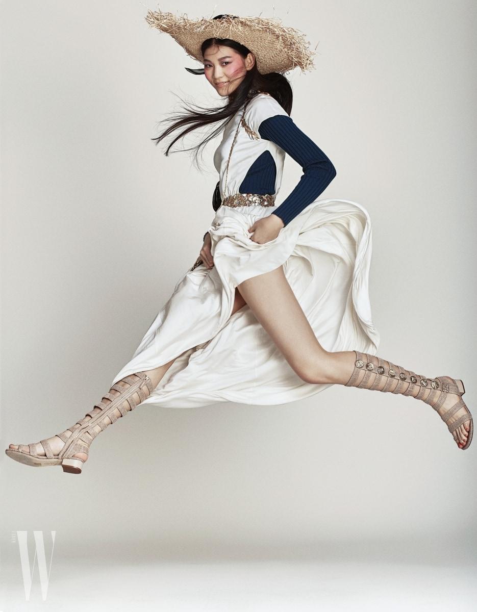 금속 월계수 장식의 실크 저지 소재 드레스와 고트스킨 소재의 글래디에이터 샌들은 샤넬 제품. 안에 입은 터틀넥 톱은 유니클로 제품. 라피아 소재 모자는 에디터 소장품.