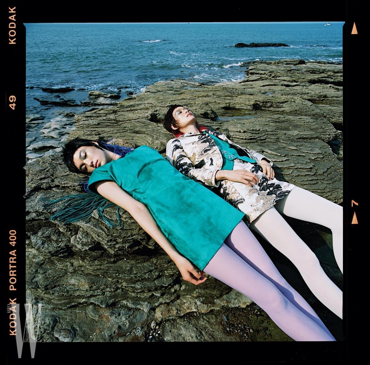 김설희가 착용한 가죽 프린지 장식의 청록색 스웨이드 미니드레스와 박세라가 착용한 스웨이드 슬리브리스, 섬세한 자수 장식 재킷과 미니스커트는 모두 Louis Vuitton 제품.
