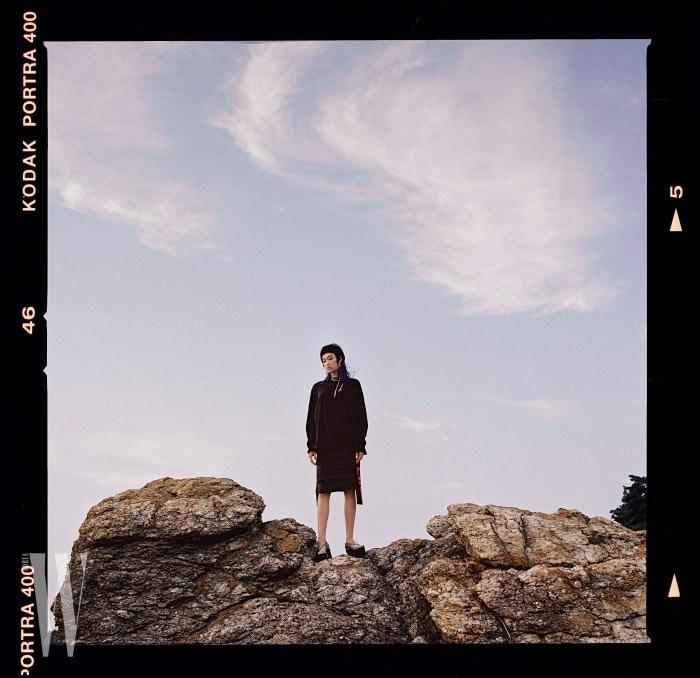캐주얼한톱과옆면에그래픽적인장식을더한스커트, 슈즈는모두Stella McCartney, 길게늘어뜨린금빛목걸이는Prada, 긴태슬장식후프귀고리는Studio Tomboy by Minetani 제품.