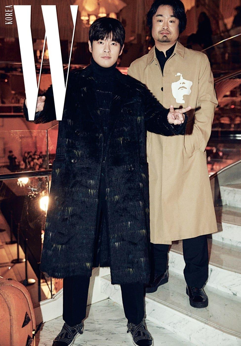 장난끼 넘치는 애티튜드와 포즈로 행사 분위기를 재미있게 이끌었던 장기하와 얼굴들의 장기하, 그리고 양평이 형으로 알려진 하세가와 요헤이. 장기하가 입은 코트와 터틀넥, 팬츠, 신발은 모두 Dior Homme 제품.