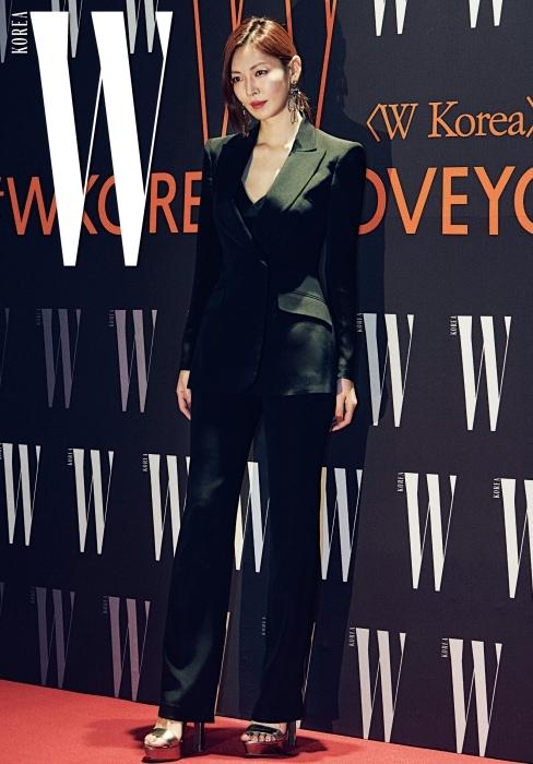 지적이고 슬릭한 무드의 슈트 룩으로 유방암 캠페인 포토월에 선 배우 김소연.