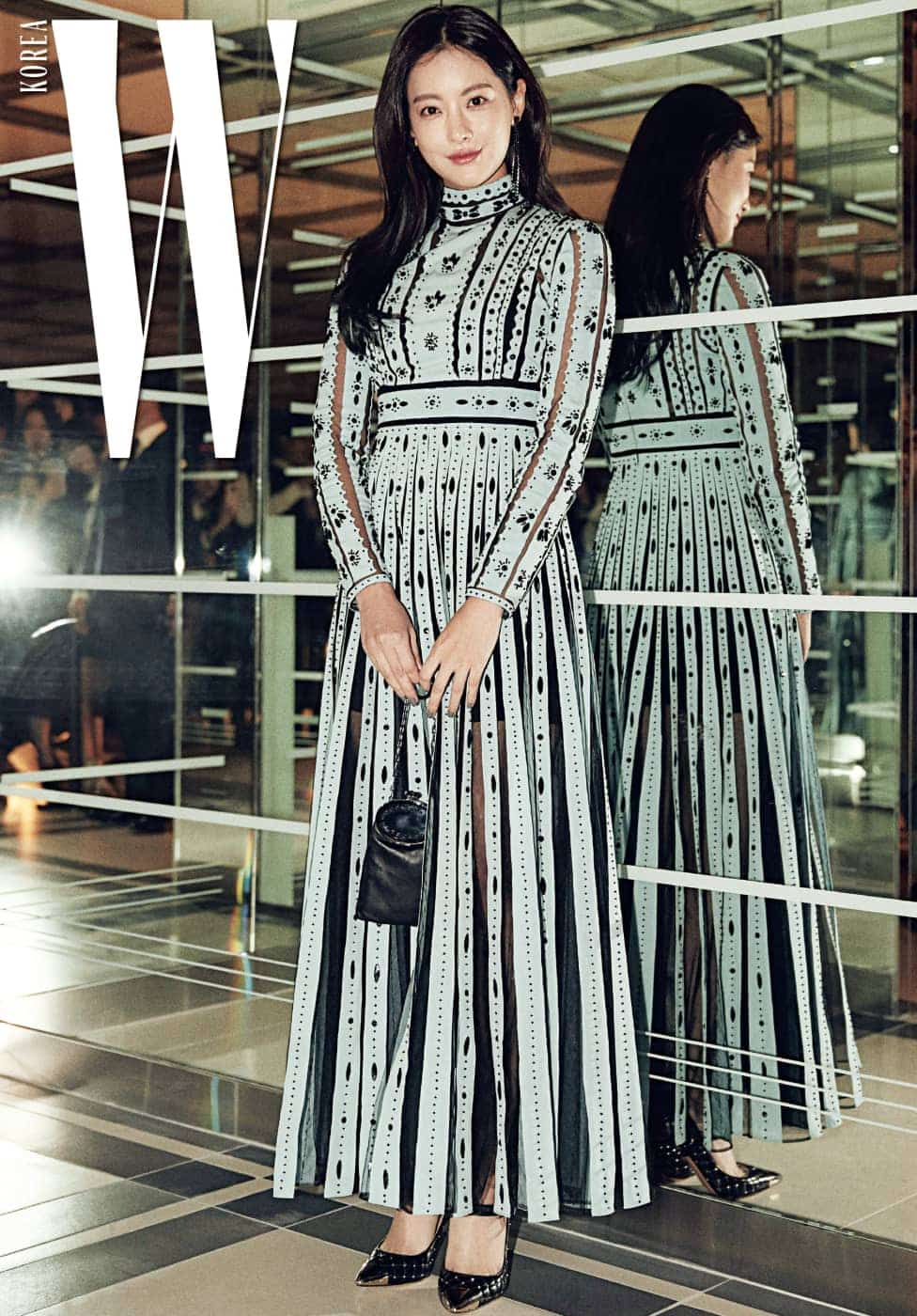 곱고 아리따운 드레스를 입은 배우 오연서. 시스루 주름 장식 드레스를 택해 클래식하면서도 매혹적인 분위기를 자아냈다. 섬세한 시스루 디테일 드레스, 미니 체인 백, 메탈릭한 앞코 장식이 특징인 스트랩 슈즈는 모두 Valentino 제품.