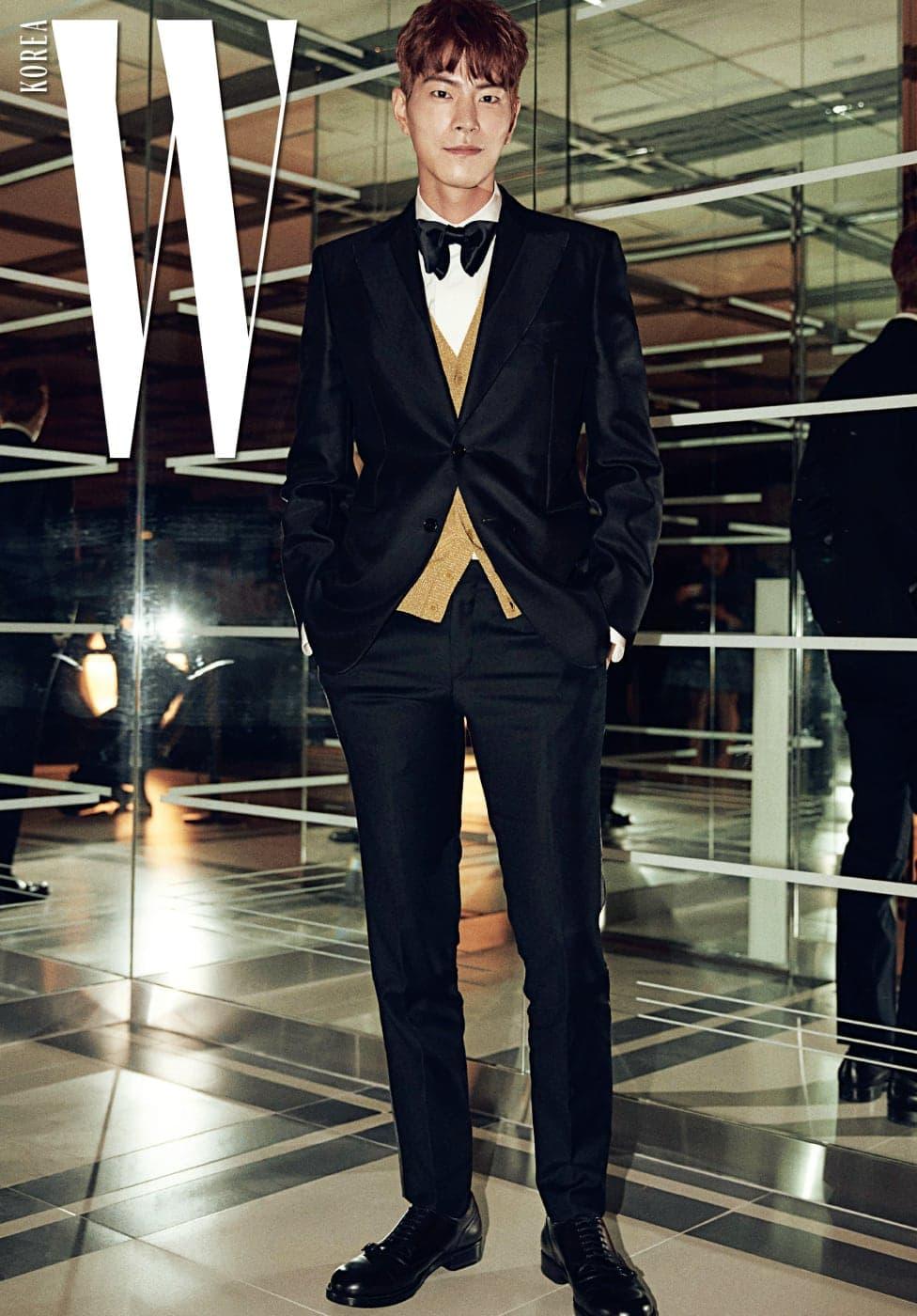 'Love Your W'의 뜻에 함께하기 위해 기꺼이 자리해준 홍종현. 모델 출신답게 고급스러운 보타이 슈트 룩이 돋보였다. 네로 트윌 혼방 재킷, 클래식 코튼 셔츠, 루렉스 소재의 글리터링한 니트 카디건, 실크 보타이, 팬츠, 레이스업 슈즈는 모두 Bottega Veneta 제품.