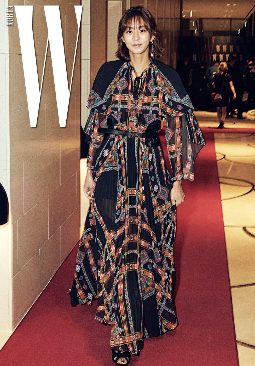 지난 9월 말에 마친 드라마 의 주인공 유이는 화려하고 이국적인 프린트의 드레스를 입고 레드카펫을 화사하게 밝혔다. 기하학적이고 에스닉한 컬러 도형 프린트의 드레스는 Etro 제품.