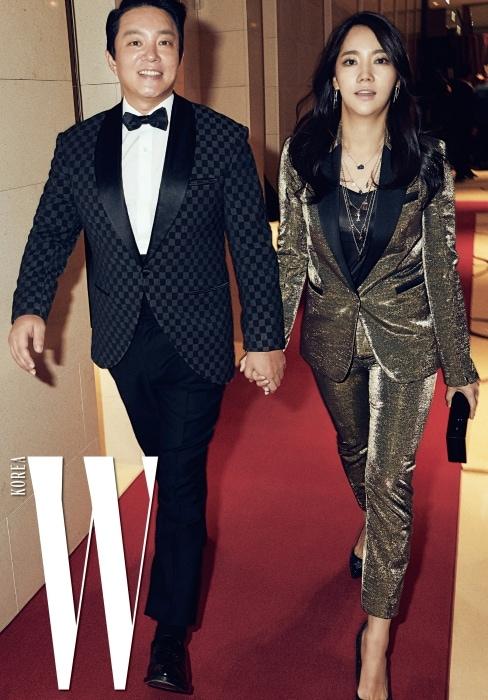 'Love Your W'와 인연을 지속해온 배우 이범수와 이윤진 부부도 어김없이 자리를 빛냈다. 이윤진이 입은 글리터링 금빛 슈트, 여러 겹으로 레이어드한 펜턴트 장식 목걸이, 클러치, 별 프린트가 빛나는 반짝이는 스틸레토 힐은 모두 Karl Lagerfeld 제품.
