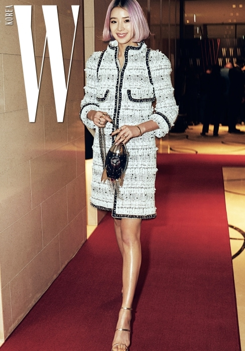세계적인 패션 인플루언서로 각광받고 있는 모델 아이린. 이제는 시그너처가 된 개성 넘치는 머리색이 매력적인 그녀가 특유의 밝은 웃음으로 더블유 카메라를 반겼다. 트위드 재킷과 스트랩 슈즈, 위트넘치는 로켓 모양의 백은 모두 Chanel 제품. 반지와 뱅글은 Chanel FineJewelry &watch제품 .