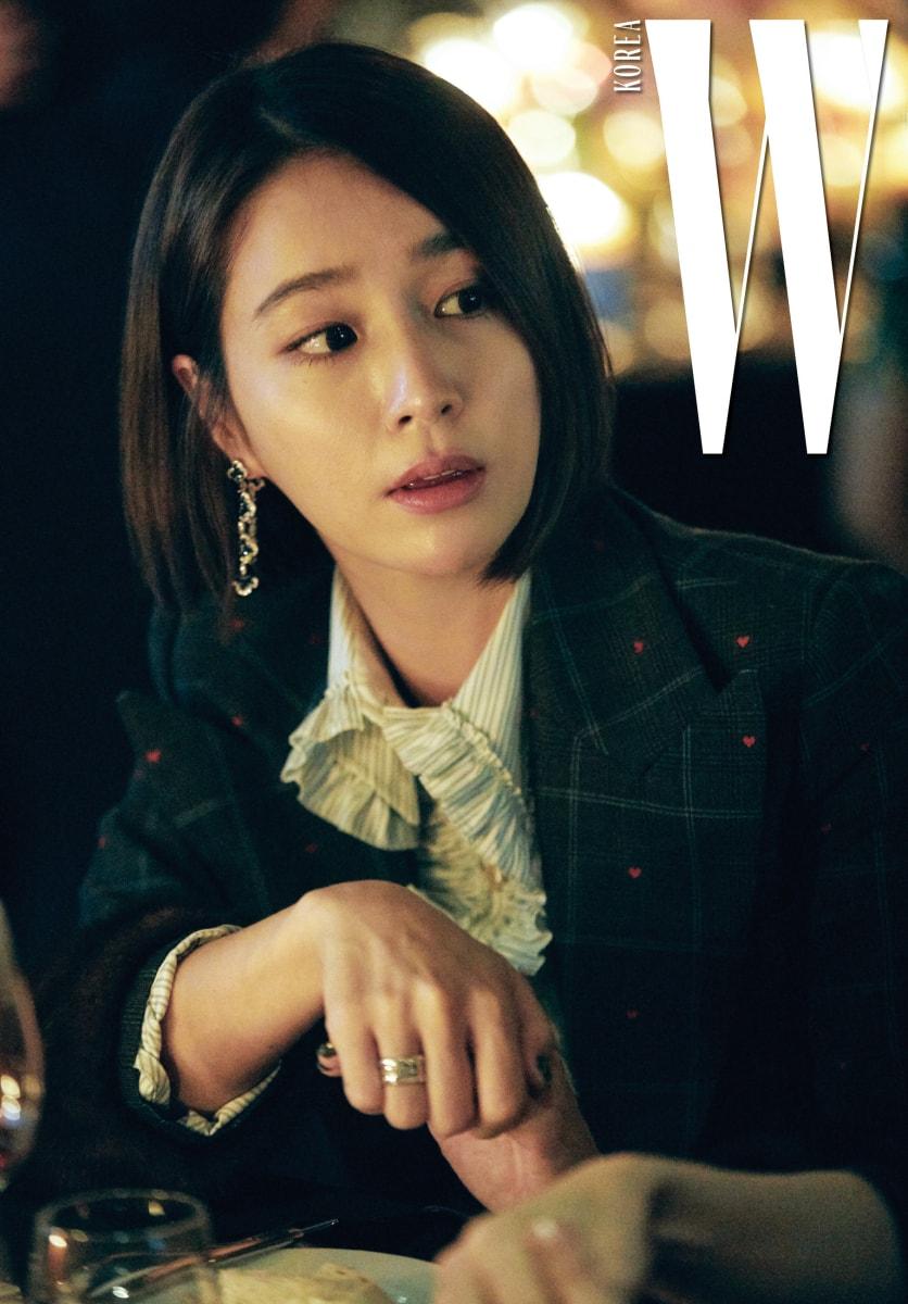 배우 이민정이 착용한 이어링은 사파이어와 화이트 다이아몬드를 세팅한 하이 주얼리 컬렉션으로 Chopard 제품.