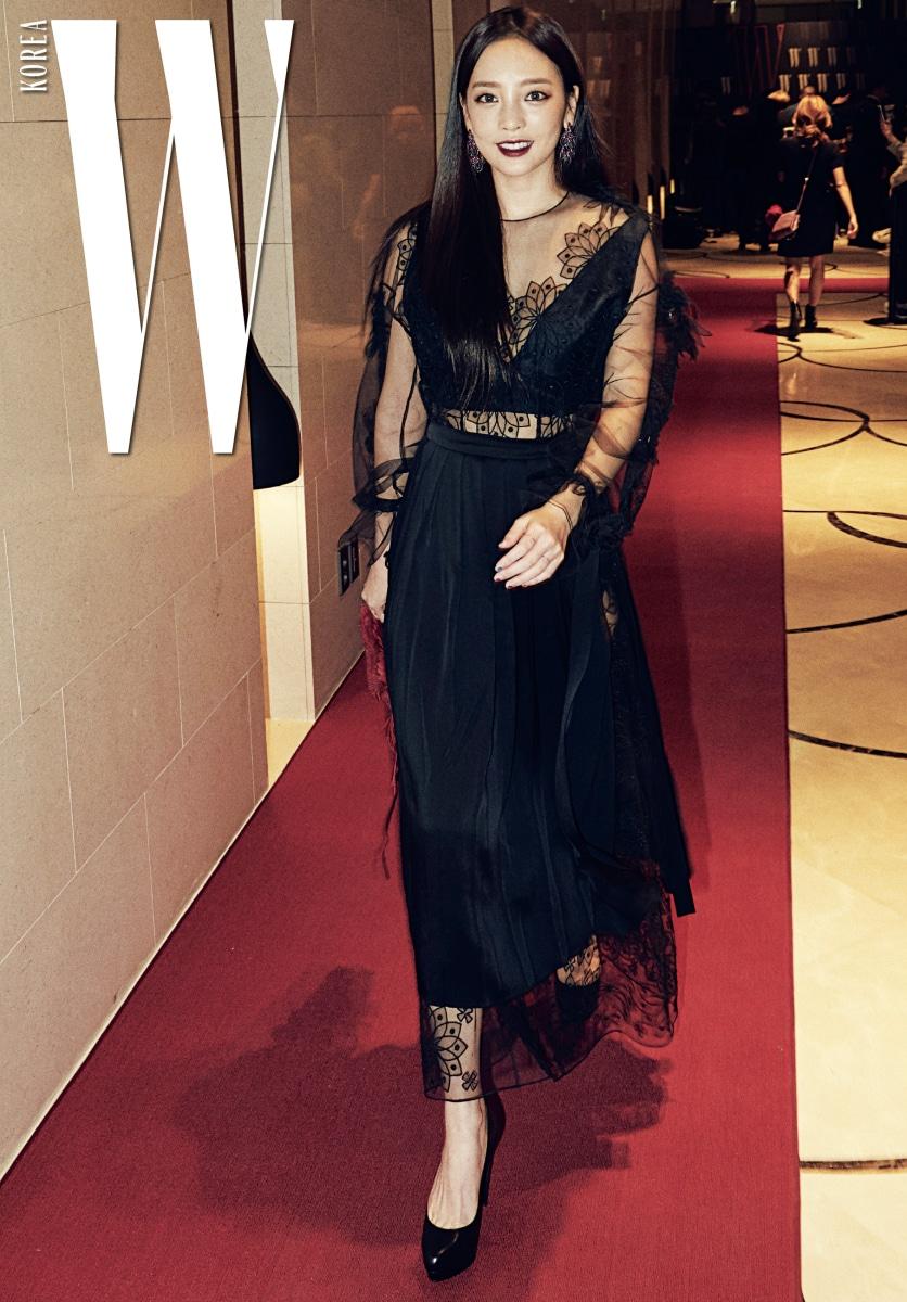 매혹적인 시스루 룩으로 시선을 사로잡은 구하라. 네크라인이 깊게 파인 관능적인 시스루 드레스와 프린지 장식의 빨간색 백 은 Fendi제품.