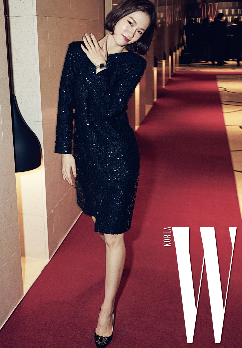 매력적인 마스크와 연기로 대세 배우로 자리매김 중인 한예리의 깜찍한 포즈. 반짝이는 트위드 소재의 검정 원피스와 브로치 장식 슈즈는 모두 Chanel 제품. 클래식한 사각 프레임 워치는 Chanel FineJewelry&watch제품.