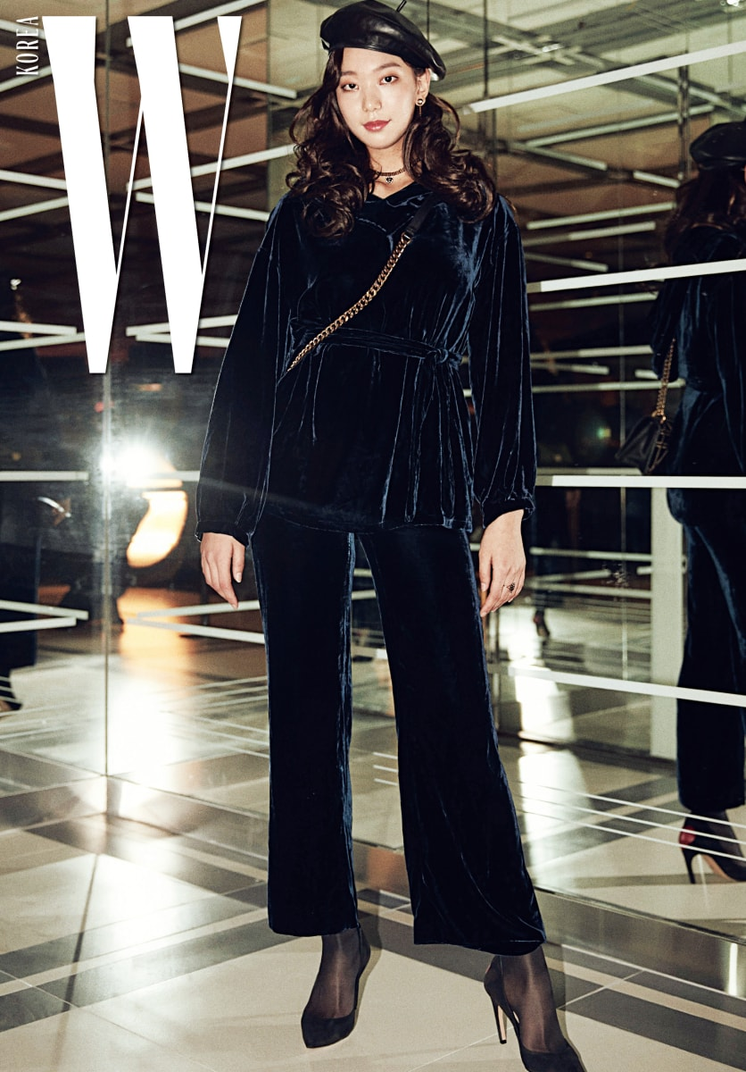 드라마와 영화를 오가며 모델에서 배우로 변신 중인 배우 이호정이 입은 벨벳 소재 의상과 슈즈, 가방과 모자는 모두 Dior 제품.