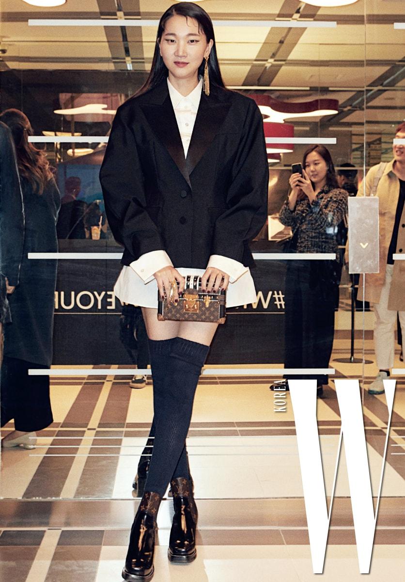 이제는 배우로 종횡무진 활약 중인 그녀. 때로는 까칠하고, 때로는 수수하다 못해 구수한 모습도 보여주지만, 포즈를 취할 때면 영락없는 톱모델 장윤주다.볼륨감 있는 재킷과 셔츠 원피스, 앵클부츠, 클래식한 디자인의 클러치, 귀고리는 모두 Louis Vuitton 제품.
