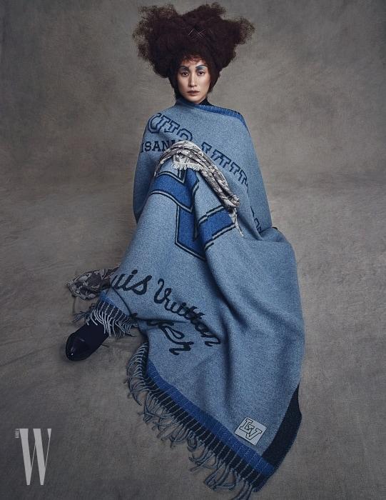 로고 패턴 블랭킷은 Louis Vuitton, 그 위에 놓인 머플러는 Vivienne Westwood, 부츠는 Christian Louboutin 제품.