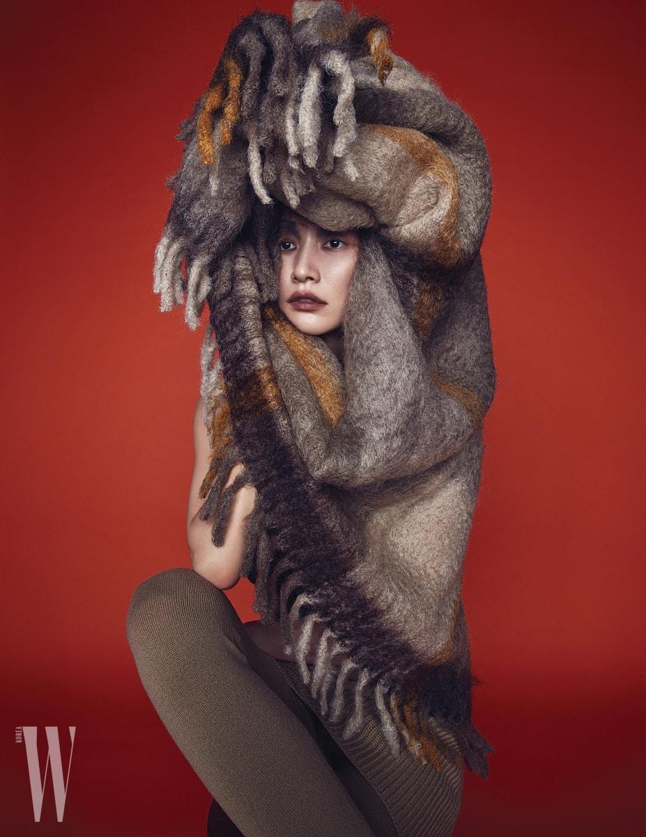 모헤어 소재의 블랭킷은 Zara Home, 니트 스커트와 레깅스는 Michael Kors Collection 제품.