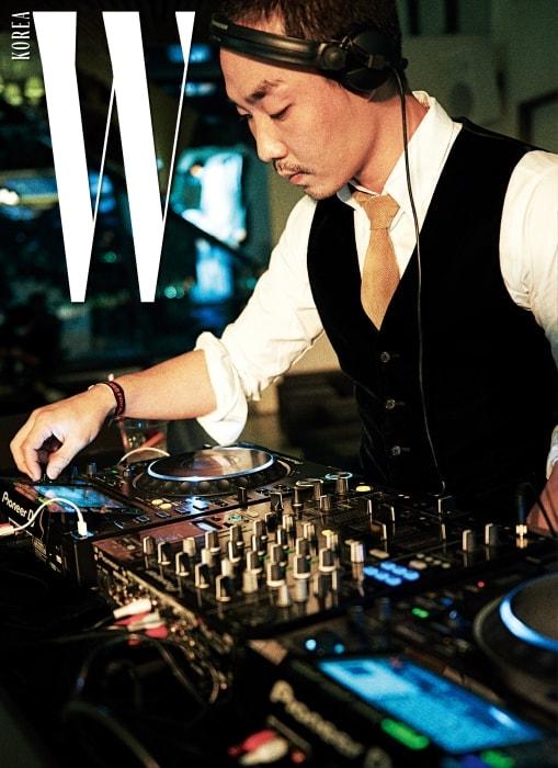 할로윈 파티는 아티스트 그룹 스튜디오 콘크리트 소속 권바다의 디제잉으로 시작했다.
