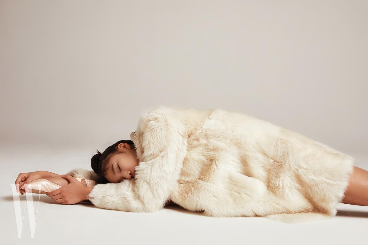 보드라운 크림색의 램스킨 퍼 코트는 에스카다 제품. 4백80만원대.