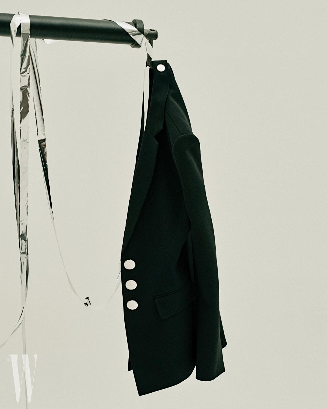 버튼 장식 재킷은 알렉산더 왕 제품. 1백79만원.