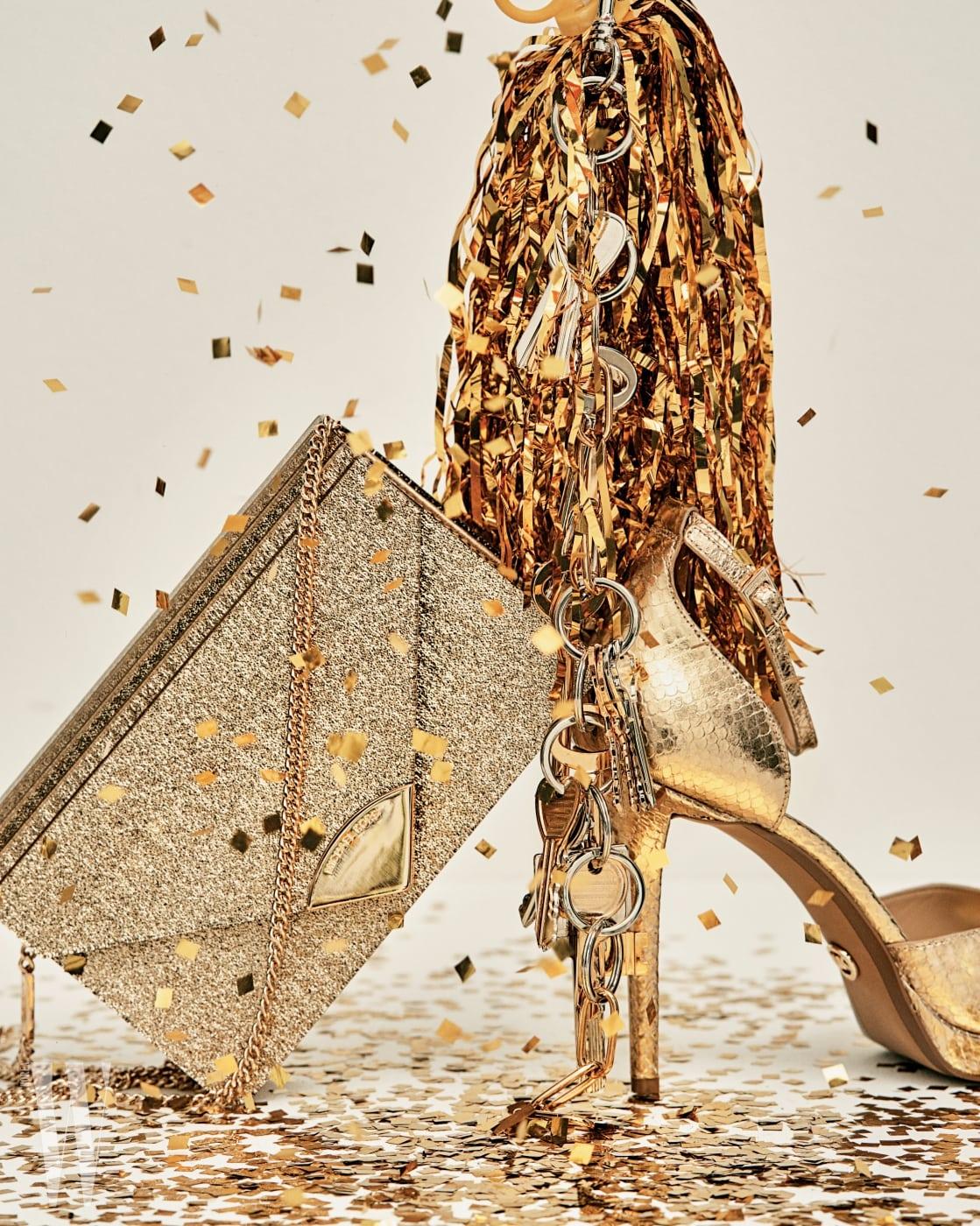 반짝이는 펄 장식 체인 클러치는 39만원, 금색 파이톤 샌들 힐은 가격 미정. 모두 마이클 마이클 코어스 제품. 열쇠 모티프의 체인 목걸이는 발렌시아가 제품. 1백50만원대.