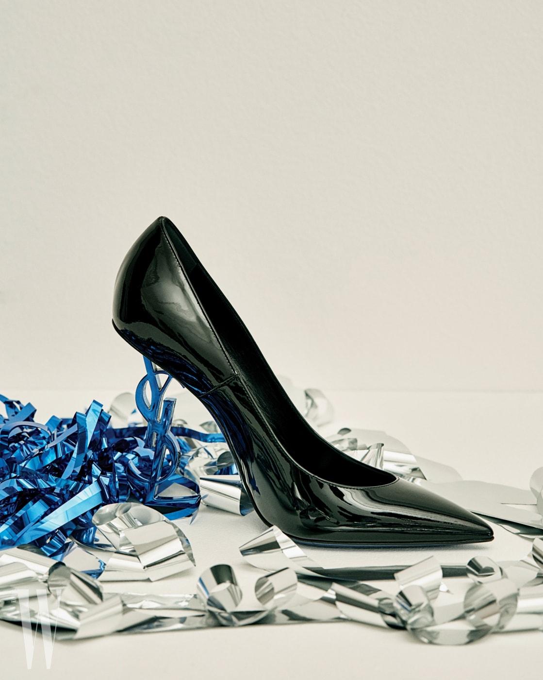 파란색 메탈 로고 힐의 오피움 펌프스는 생로랑 by 안토니 바카렐로 제품. 1백46만원.