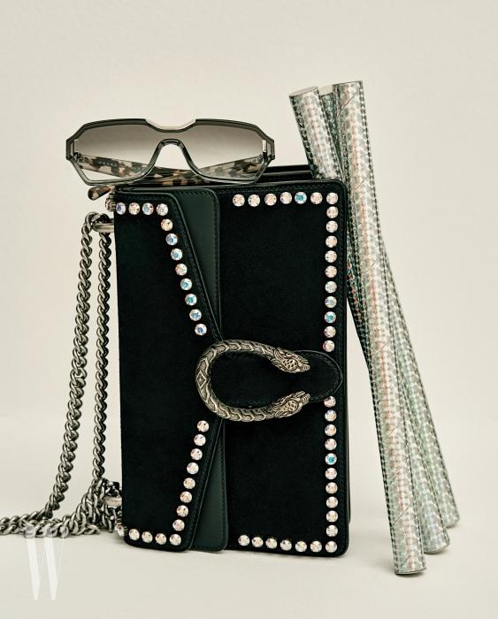 회색 그러데이션 선글라스는 프라다 by 룩소티카 제품. 40만원대. 검은색 스웨이드 소재 디오니소스 백은 구찌 제품. 5백20만원.