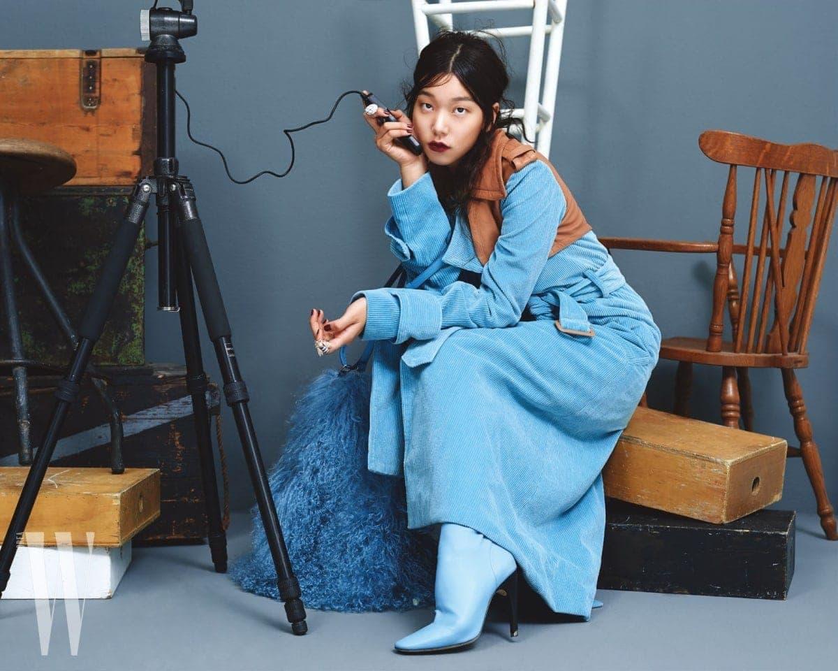 채도 높은 푸른색 코듀로이 코트와 양털 가방, 신발은 모두 니나리치 제품. 가격 미정. 반지는 모두 제이미&벨 제품. 10만원대.