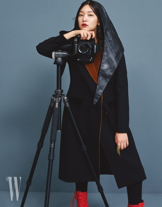 벨벳 라펠이 특징인 검은색 코트는 크리스토퍼 케인 by 마이분 제품. 2백99만원. 가죽 모자는 셀린 제품. 가격 미정. 왼손에 낀 금색 반지는 루이 비통 제품. 62만원.
