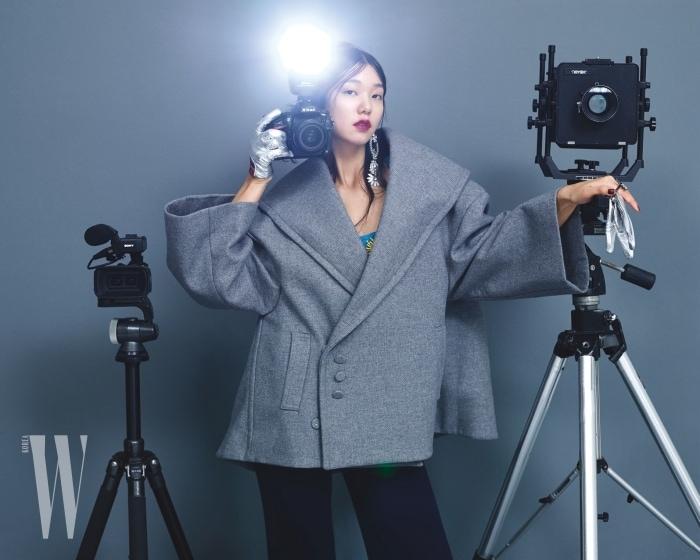 회색 오버사이즈 코트는 자크뮈스 by 분더샵 제품. 1백53만원. 커다란 크리스털 귀고리는 버버리 제품. 가격 미정. 은색 장갑은 빔바이롤라 제품. 가격 미정.