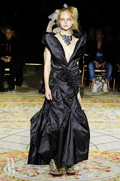 비비안 웨스트우드의 드레스와 등산화