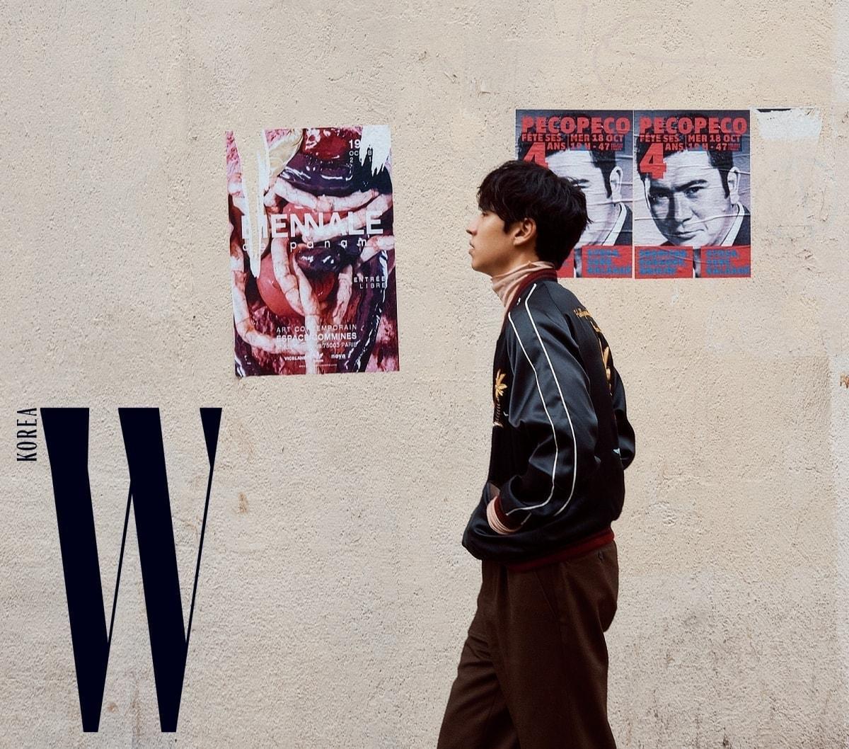 스카잔 점퍼는 Hollywood Trading Company by John White, 분홍색 터틀넥은 Lanvin, 팬츠는 Ami 제품.
