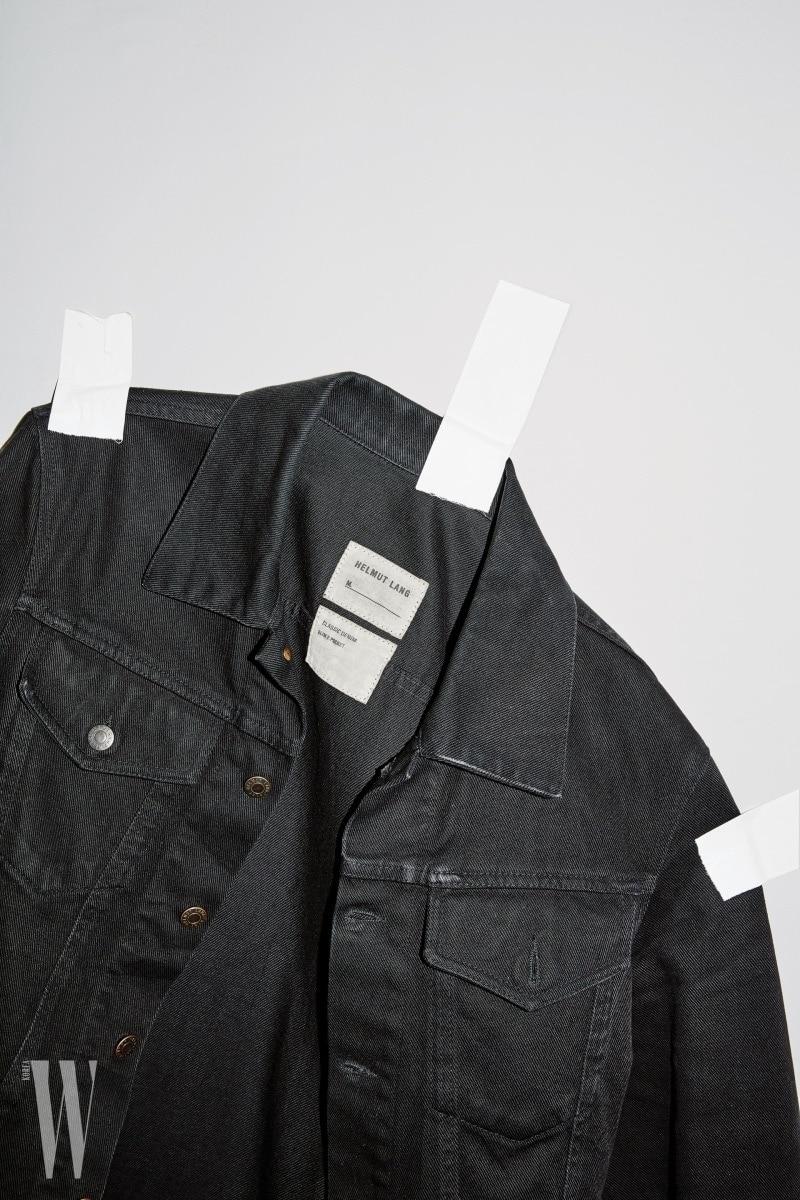 """1990년대 수많은 추종자를 낳은 헬무트 랭의 데님. 당시 저널리스트였던 케이트 베츠(Kate Betts)는 """"헬무트 랭이 티셔츠와 데님을 패션 아이템으로 '승격' 시켰다""""고 말했다. 사진 속 제품은 90년대 헬무트 랭 오리지널 블루종."""