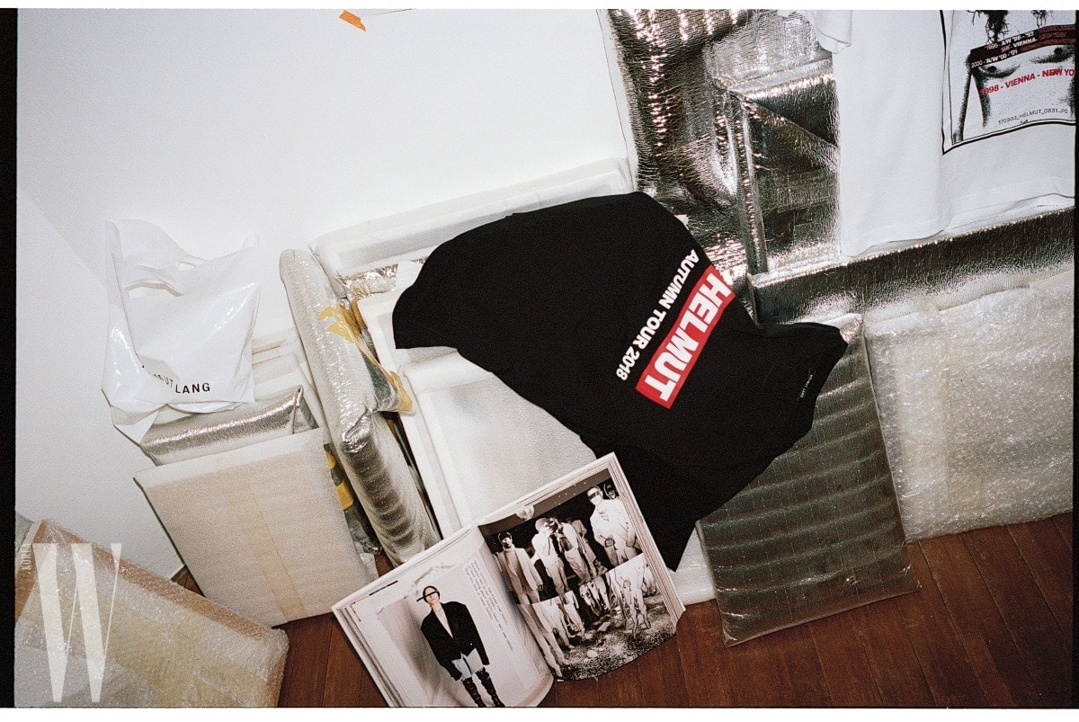 일정 기간 동안 특정 디자이너를 고용하는 헬무트 랭 하우스의 새로운 방식이 마치 밴드의 투어 세션을 섭외하는 것 같다고 한 셰인 올리버가 리미티드 에디션으로 내놓은 'Autumn Tour' 시리즈의 티셔츠.