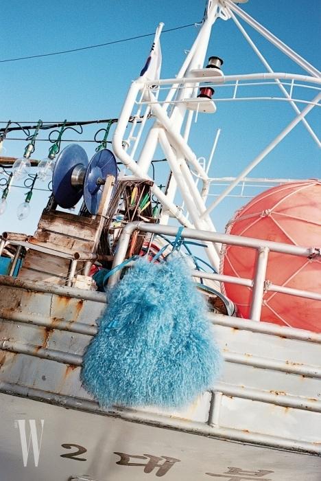 북슬거리는 하늘색 양털 가방은 니나리치 제품. 4백30만원.