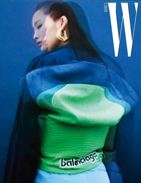 등이 불룩한 모터사이클 재킷과 귀고리는 발렌시아가 제품.