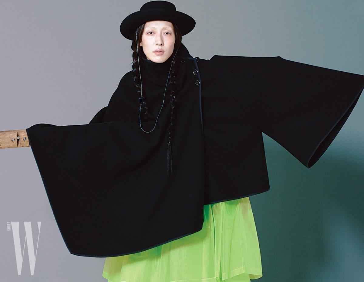 검정케이프와웨스턴 모자는Dior, 형광연두색한복치마는Tchai Kim Young Jin 제품.