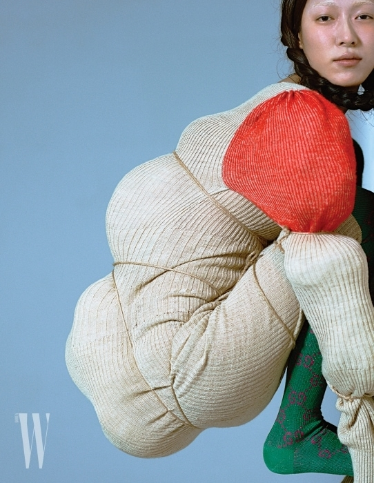 니트원피스는Vivienne Westwood, 초록색삭스는Gucci 제품.