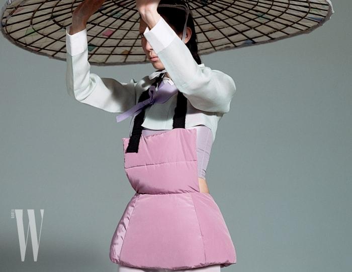 연한민트색저고리와 안에입은연보랏빛톱은 Tchai Kim Young Jin, 연한핑크색 패딩베스트는Fleammadonna 제품. 한국전통종이한지로만든 거대한헤드피스.
