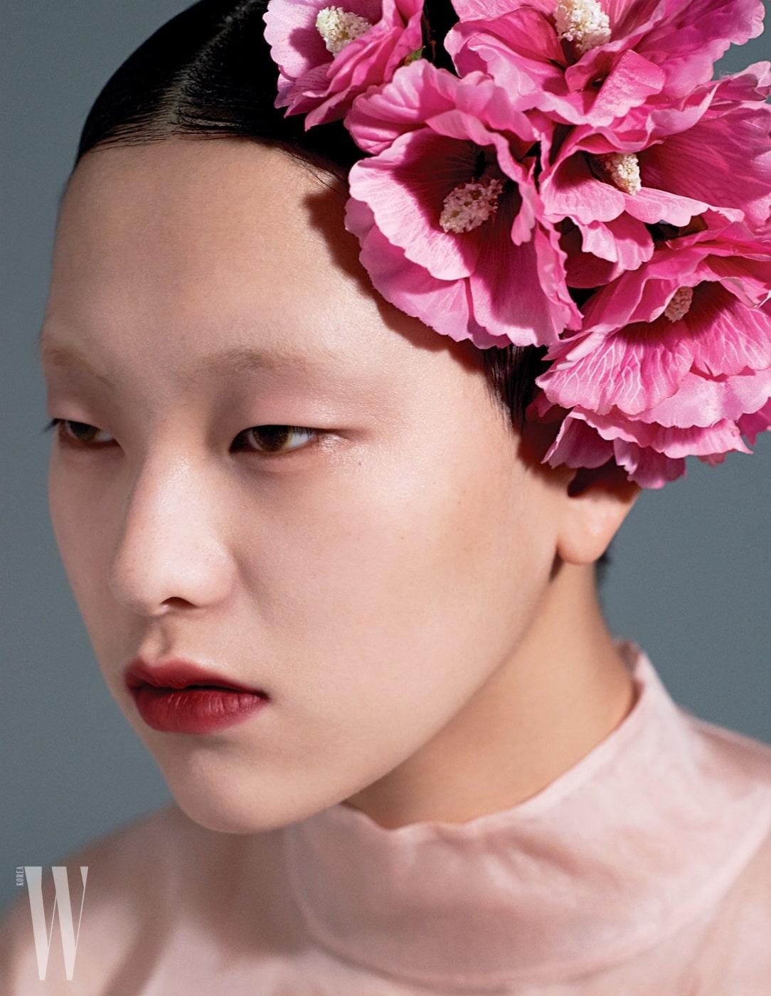 분홍색오간자톱은Prada 제품. 머리에꽂은꽃은 대한민국국화무궁화.